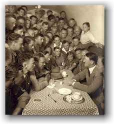 Hitler a jeho milovaná a milující mládež