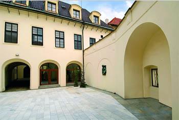 Hrzánský palác, nádvoří